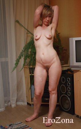 Стройная зрелая блондинка с волосатой пиздой Адела эротично позирует голышом перед камерой