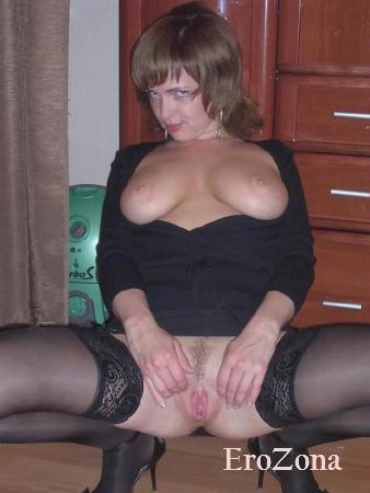 Жена позируя в домашней обстановке показала свою голую попку и раздвинув ножки голую пизду