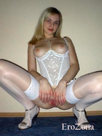 Жена в эротическом белье перед камерой