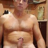 Голый парень демонстрирует свой член. Фото сделано дома на кухне